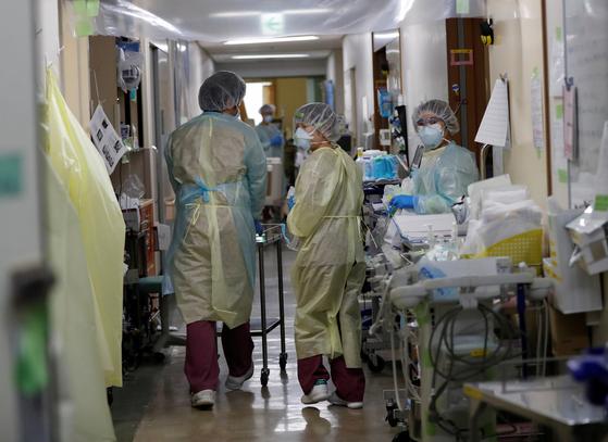 코로나19 환자를 치료하는 일본 의료진. [로이터=연합뉴스]
