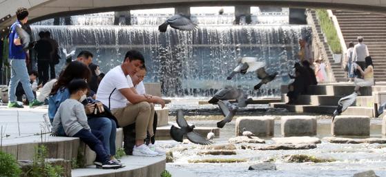 초여름 날씨를 보인 6일 서울 청계천에서 시민들이 더위를 식히고 있다. 이날 낮기온은 서울과 대전 28도 대구 26도 부산 22도로 어제보다 3도에서 9도가량 높게 나타났다. 뉴스1