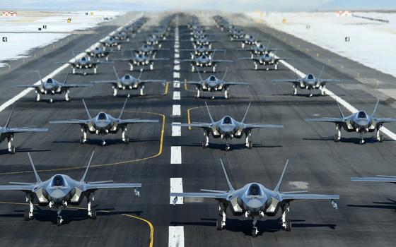 최대 출격 훈련(maximum sortie surge)을 위해 활주로에서 대기 중인 미국 공군의 스텔스 전투기인 F-35A 라이트닝Ⅱ. [사진 미 공군]