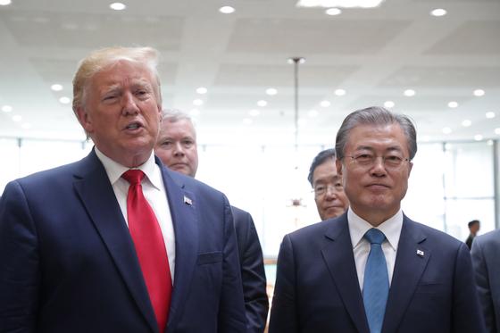 지난해 6월 판문점 남측 자유의집에서 도널드 트럼프 미국 대통령이 김정은 북한 국무위원장과 회동을 마친 뒤 문재인 대통령과 함께 소감을 밝히는 기자회견을 하고 있다. [청와대사진기자단]