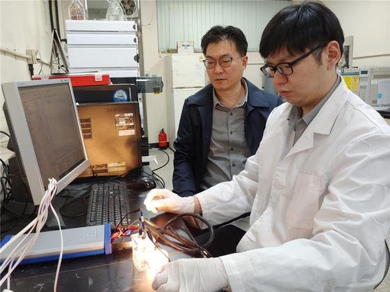 (좌)장민 교수 (우)Kien Tiek Wong 박사과정 연구원