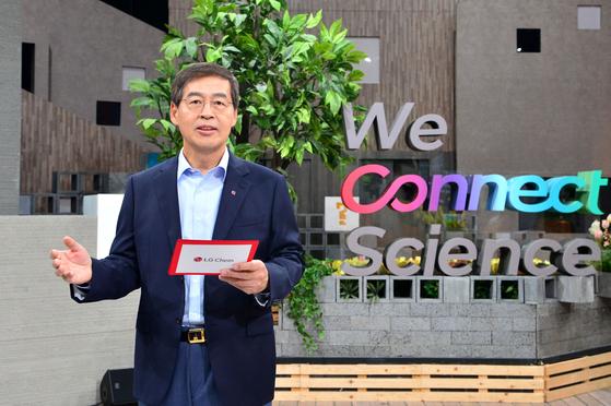 신학철 LG화학 부회장이 7일 디지털생중계를 통해 '더 나은 미래를 위해 과학을 인류의 삶에 연결합니다(We connect science to life for a better future)'라는 내용의 LG화학 새 비전을 선포하고 있다. LG화학
