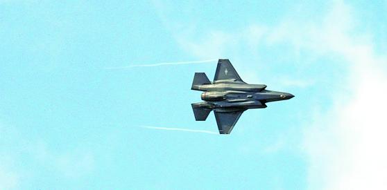 지난 3월 청주에서 열린 공군사관학교 임관식에서 축하비행 중인 F-35A. [연합뉴스]