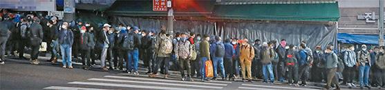 일용직 노동자들이 지난달 23일 서울 구로구 남구로역 인근 인력시장에서 일감을 구하기 위해 이른 아침부터 줄을 서 있다. 성신여대 박기성 교수팀이 전일제 환산 방식으로 계산한 지난 3월 취업자 수 감소율은 공식 통계의 10배 이상이었다. [뉴시스]