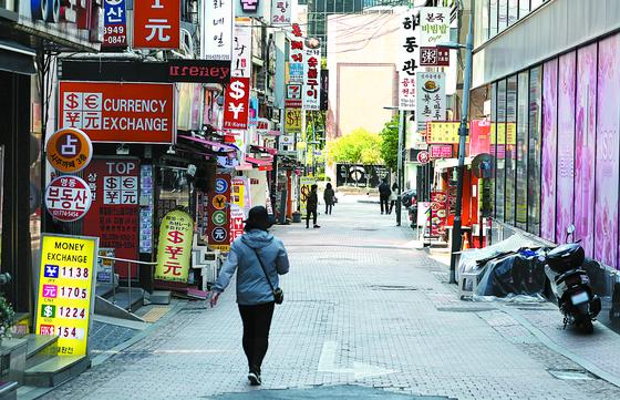 지난달 서울 중구 명동거리가 비교적 한산한 모습을 보이고 있다. 뉴스1