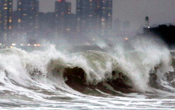 지난해 10월 제18호 태풍 미탁이 북상 중인 부산 해운대해수욕장 앞바다에 높은 파도가 일고 있다. 연합뉴스
