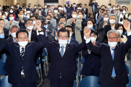 이시종 충북지사(앞줄 가운데)가 8일 다목적 방사광가속기 유치를 확정하자 환호하고 있다. [사진 충북도]