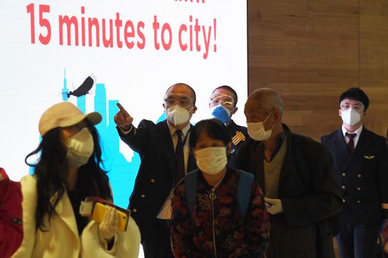 지난 3월 호주 시드니 국제공항에 도착한 관광객들이 마스크를 쓴 채 이동하고 있다.[EPA=연합뉴스]