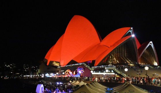 지난 2017년 음력 설을 맞아 온통 빨강색으로 단장한 시드니 오페라하우스. 중국과 호주의 우호관계를 보여준다. [사진 셔터스톡]