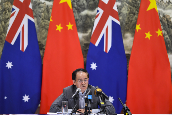 청징예 주호주 중국 대사가 지난해 12월 호주 캔버라에서 기자회견을 하고 있다.[EPA=연합뉴스]