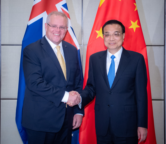 지난해 11월 태국 방콕에서 열린 동아시아 정상 회의에서 스콧 모리슨 호주 총리(왼쪽)와 리커창 중국 총리가 만나 악수하고 있다. [신화=연합뉴스]