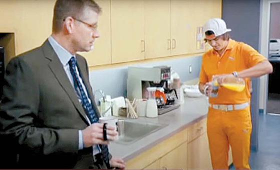 리키 파울러(오른쪽)가 오렌지주스를 우유로 착각해 커피에 붓고 있다. 오렌지색 옷을 즐겨입는 파울러는 광고에서 색깔을 구별하지 못하는 색맹으로 연기했다. [사진 ESPN 유튜브]