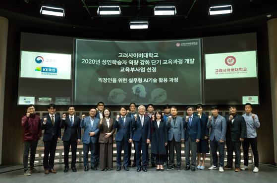 [6일 인촌관 원형스튜디오에서 열린 킥오프 회의에 참여한 김진성 총장(가운데)과 연구개발진]