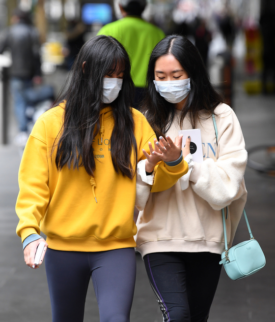 지난 3월 호주 멜버른에서 두 여성이 마스크를 쓴 채 걸어가고 있다.[EPA=연합뉴스]