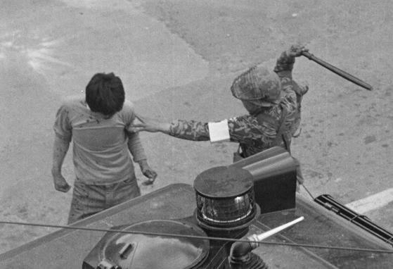 5·18 당시 계엄군이 광주시민에게 곤봉을 내리치고 있다. [중앙포토]