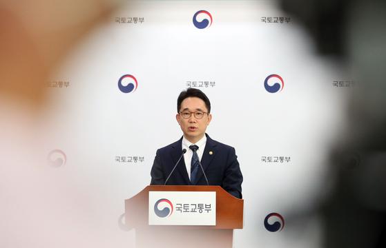 박선호 국토교통부 1차관이 지난 6일 2023년 이후 수도권에 연평균 25만가구+α 수준의 주택 공급 계획이 담긴 '수도권 주택공급 기반 강화 방안'을 발표하고 있다.