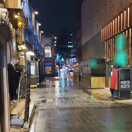 8일 오후 11시50분. 이태원 거리에서 클럽 직원이 텅 빈 길가를 둘러보고 있다. 편광현 기자