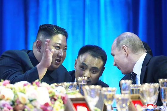 지난해 4월 25일 러시아 블라디보스토크 극동연방대에서 김정은 북한 국무위원장과 블라디미르 푸틴 러시아 대통령이 연회 도중 대화하고 있다. [연합뉴스]
