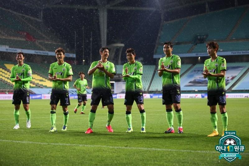 전북 공격수 이동국(오른쪽 둘째)이 8일 K리그1 개막전에서 골을 터트린 뒤 동료들과 수어 세리머니를 하고 있다. [사진 프로축구연맹]