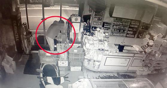 지난해 10월 18일 새벽 광주광역시 북구 용봉동 한 마트에서 A씨(36)가 빵과 피자·라면 등을 훔치는 모습이 찍힌 가게 폐쇄회로TV(CCTV) 화면. 연합뉴스