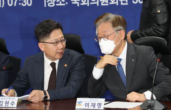 이재명 경기도지사(오른쪽). 뉴스1