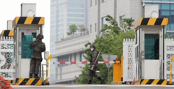 10일 오전 서울 용산구 국방부 정문 앞으로 장병들이 지나고 있다. 뉴스1