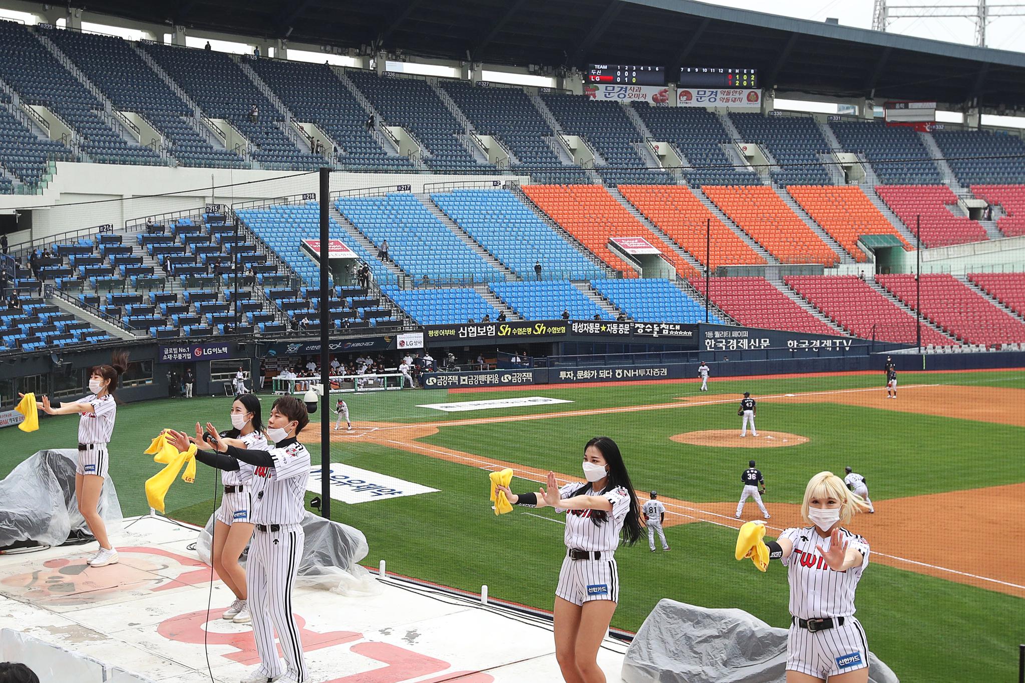 프로야구가 개막한 5일 서울 잠실운동장에서 LG 트윈스와 두산 베어스의 경기가 무관중으로 진행되고 있다. 관중이 없어도 치어리더들의 응원은 이어졌다. 장진영 기자