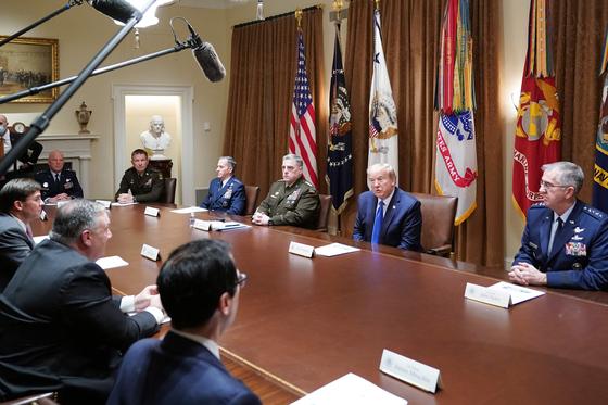 도널드 트럼프 미국 대통령이 9일(현지시간) 오후 백악관에서 마크 밀리 합참의장을 포함한 군 수뇌부와 국가안보회의(NSC) 합동 회의를 주재했다. 경호실 직원 외에 회의 참석자는 전원 마스크를 착용하지 않았다고 한다. [AFP=연합뉴스]
