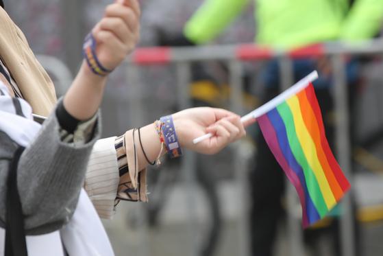 퀴어 축제 참가자들이 성 소수자를 상징하는 무지갯빛 깃발을 들고 행진하고 있다. [연합뉴스]