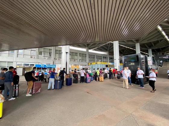 지난 7일(현지시간) 탄자니아 다레살람에서 한국 교민들이 카타르항공 임시항공편을 타기 위해 길게 줄을 선 모습. 연합뉴스