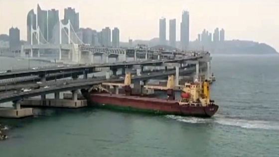 지난해 2월 부산 남구 용호동 해상에서 러시아 화물선 씨그랜드호가 광안대교와 충돌해 대교 구조물이 일부 파손됐다. 중앙포토