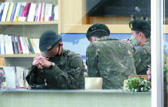 휴가를 나온 군 장병들이 10일 서울역 국군장병라운지에서 기차를 기다리고 있다. [뉴스1]