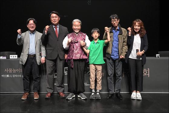 '김덕수전' 제작진. 왼쪽에서 세번째 김덕수 명인. [세종문화회관]