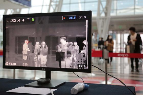 9일 오전 대구 북구 엑스코(EXCO) 실내 전시장에서 열린 경북대학교병원 2020년 제2차 정규직 공개채용 필기전형 응시자들이 고사장 입구에서 발열체크를 받고 있다. 뉴스1