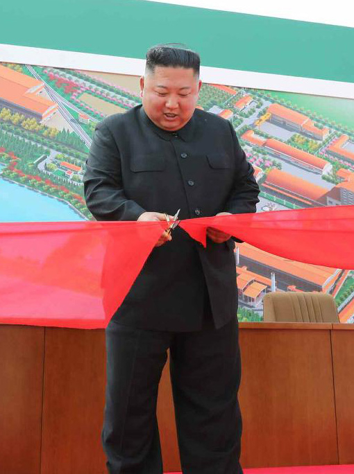 김정은 북한 국무위원장이 지난 1일 이후 다시 잠적 모드에 들어갔다. 김 위원장이 지난 1일 순천인비료공장 준공식에 참석해 준공 테이프를 끊고 있다. [사진 뉴스1]