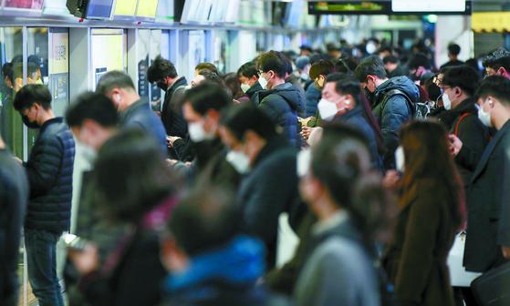 서울시가 오는 13일부터 '대중교통 혼잡 사전 예보제'를 도입한다. 어깨가 부딪히고 이동이 어려운 정도의 '혼잡'예보가 내려지면 마스크를 착용하지 않고서는 지하철 탑승이 불가능해진다. 사진은 지난달 13일 지하철 풍경. 연합뉴스