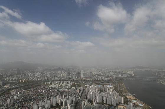 서울에 미세먼지 주의보가 발령된 지난달 22일 오전 서울 도심 모습. 11일 오전 11시 기준 서울의 시간당 평균 초미세먼지 농도는 35㎍/㎥ , 미세먼지(PM10) 농도는 118㎍/㎥로 모두 '나쁨' 수준이다. 전날부터 유입된 국외 초미세먼지에 이어 황사가 우리나라에 도착하면서 서부지역을 중심으로 대기질 '나쁨' 이 예상된다. 연합뉴스