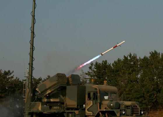 2.75인치 유도로켓 비궁이 발사되고 있다. [사진 방위사업청]