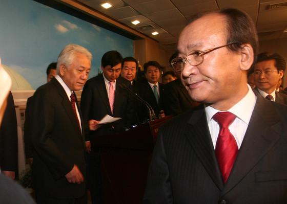 2007년 2월 6일 오전 국회 기자회견장에서 김한길 열린우리당 전 원내대표, 강봉균 정책위의장을 비롯한 23명의 의원들이 탈당기자회견을 마친뒤 기자실을 나서고 있다. [중앙포토]