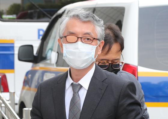 문은상 신라젠 대표이사가 11일 오전 구속 심사를 받기 위해 서울남부지법으로 들어서고 있다. 연합뉴스