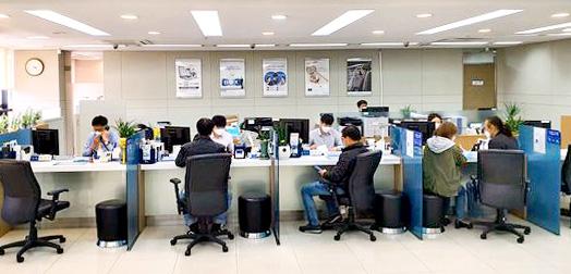 기업은행 동대문지점의 기업영업 담당 창구를 찾은 소상공인과 자영업자들. 정용환 기자