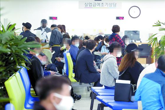 고용노동부가 11일 발표한 4월 노동시장 동향에 따르면 구직급여 지급액이 지난해 동월보다 34.6% 급증했다. 이날 서울고용복지플러스센터에서 실업급여를 신청하기 위해 기다리는 시민들. [연합뉴스]