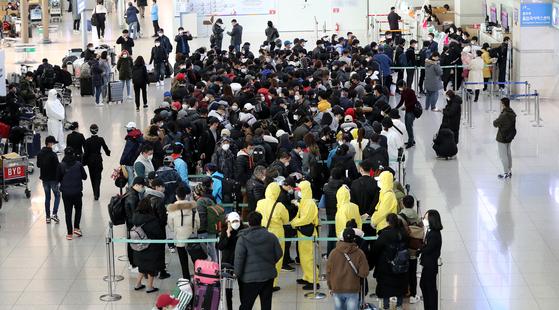 지난 3월 인천국제공항 1터미널 내 법무부 출입국서비스센터에서 외국인 불법 체류자들이 자진 출국신고를 하기 위해 줄지어 기다리고 있다. 뉴스1