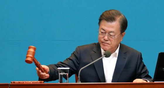 문재인 대통령이 12일 오전 청와대에서 열린 국무회의에 참석하여 의사봉을 두드리고 있다.[청와대사진기자단]