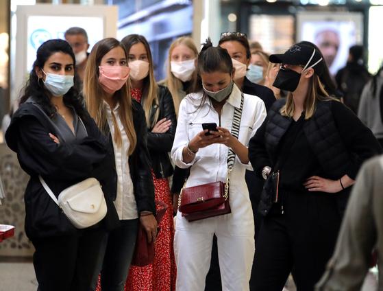 프랑스 남부 니스 근방의 생로랑뒤바르의 백화점 입구에서 고객들이 마스크를 쓴 채 입장을 기다리고 있다. 프랑스에서 코로나19로 인한 보오새가 일부 해제되면서 대중교통수단을 이용하거나 쇼핑을 할 때 마스크 착용이 의무화 했다. 로이터=연합뉴스