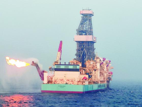 포스코인터내셔널이 미얀마 북서부 해상 A-3 광구에서 새로 발굴한 '마하 유망구조' 가스층 산출시험을 하고 있다. [사진 포스코인터내셔널]