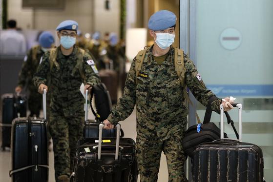 아프리카 남수단에 파견됐던 한빛부대 11진 장병들이 지난 3월 28일 오전 에티오피아 항공 전세기를 이용해 인천국제공항에 도착, 이동하고 있다. [뉴스1]