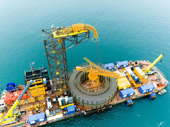 LS전선이 지난 2017년 미국 첫 해상풍력단지(로드아일랜드주 앞바다)에 해저 케이블을 설치하고 있다. 사진 LS전선