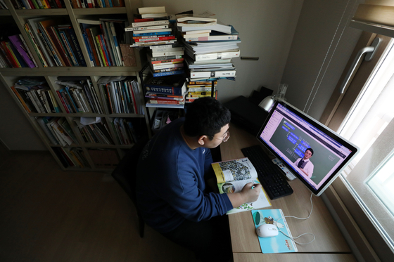 신종 코로나바이러스 감염증(코로나19) 확산 차단을 위해 전국 중·고교가 중3·고3부터 온라인으로 개학한 지난 9일 고3 수험생이 서울 강서구의 집에서 원격수업을 듣고 있다. 뉴스1