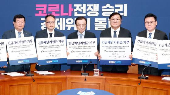 """재난지원금 신청 첫날, 민주당 '기부"""" 기념촬영"""
